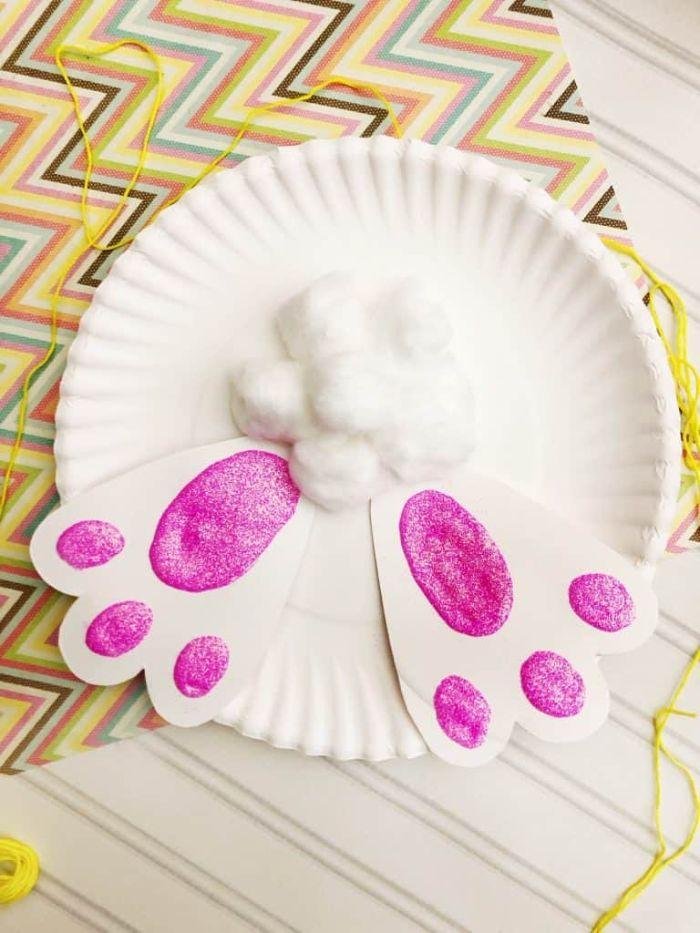 assiette de papier motif lapin de paques avec pieds papier queue en boule de coton diy paques original