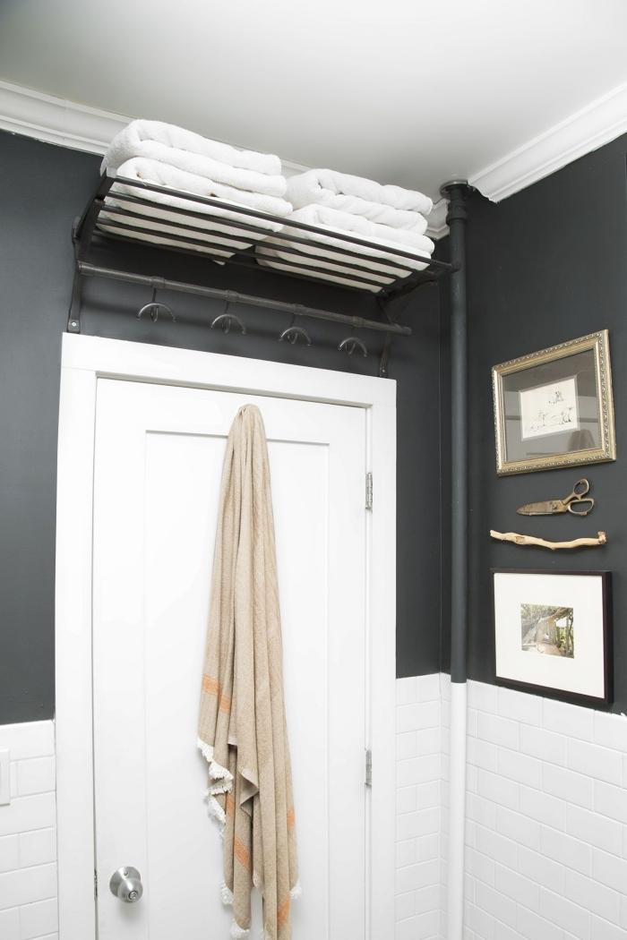 astuce rangement salle de bain au dessus porte étagère métal pour serviettes de bain peinture gris anthracite