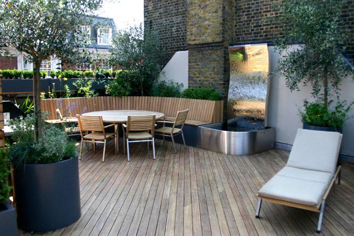 banc bois chaise et chaise longue bois et metal chute d eau terrasse deco exterieur maison plantes vertes et autres