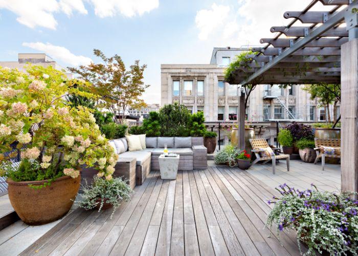 banc d angle plantes en pots de ceramique décoration de terrasse extérieure table en betonpergola bioclimatique