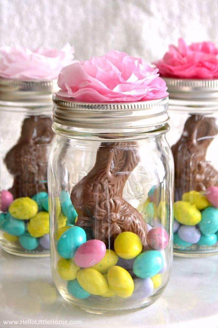 bocal de verre recyclé rempli de bonbons en forme d oeufs clorés et lapin de chocolat deco fleur de papier de soie activité paques