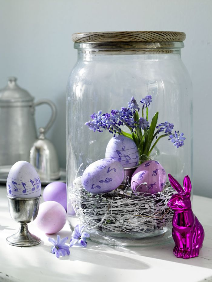 bocal recyclé et transformée en terrarium avec herbe séchée en bas oeufs colorés fleurs activité pour paques pot recyclé