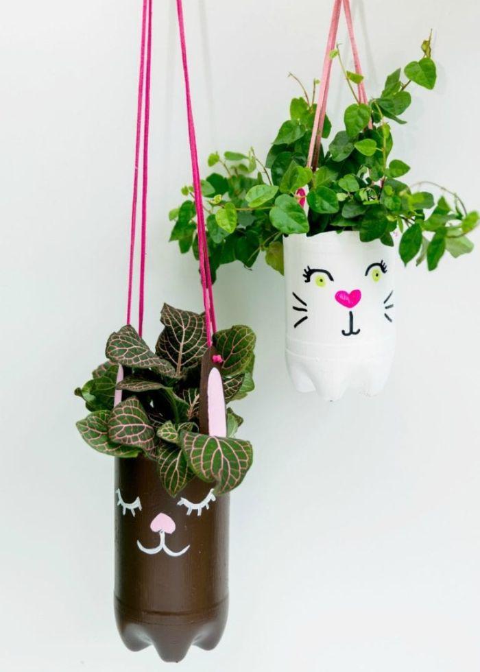 bouteilles de plastique recyclées peints à motif chat avec des fleurs suspensus à l intérieur diy paques
