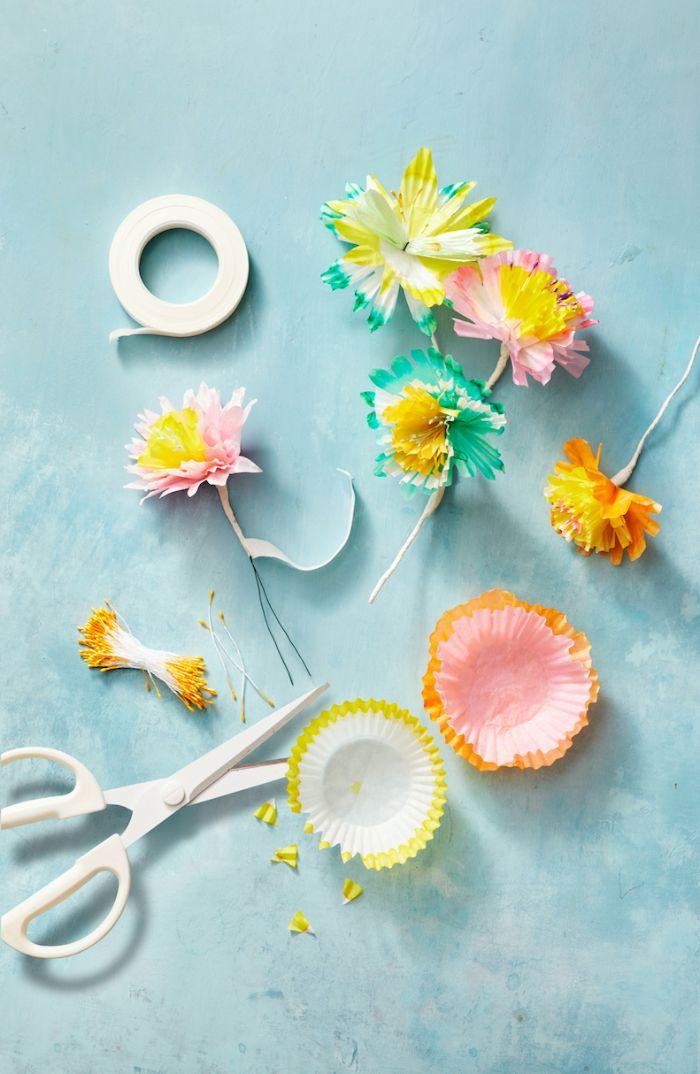 bricolage de paques maternelle des fleurs en caissettes à muffins colorées sur tige de fil metallique