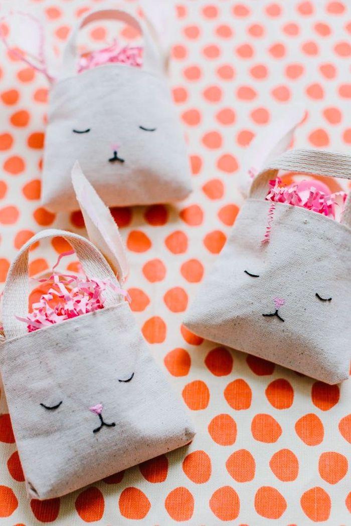 bricolage de paques maternelle un panier en tissu en forme de lapin sur une nappe a pоis oranges