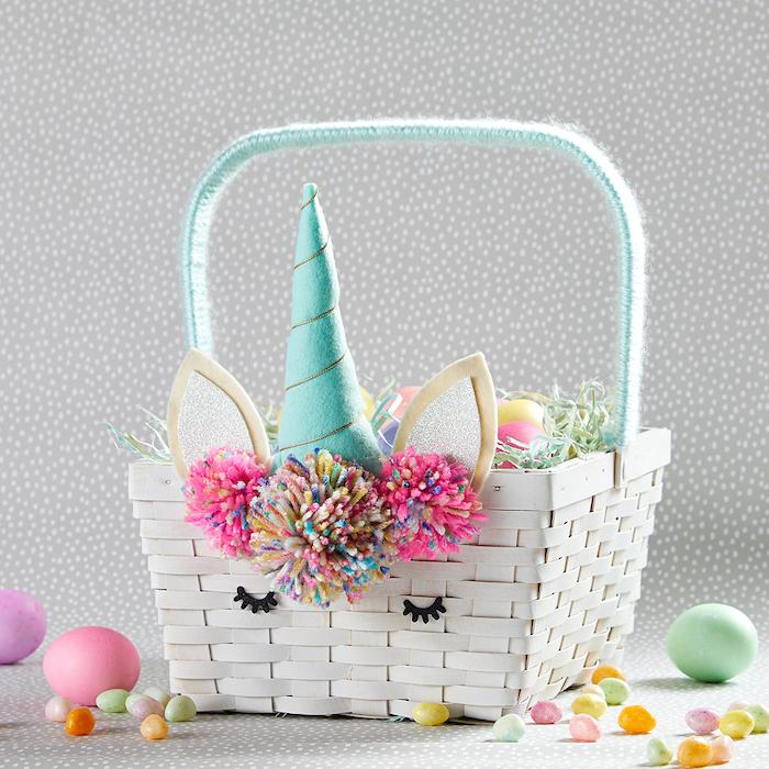 bricolage paques facile un panier blanc tissée décoré des pomons et des oreilles et corne de licorne