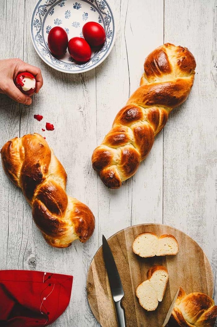 briochе healthy oeufs colorés teinture rouge plateau a decouper rond en bois oeuf mélange doré pain