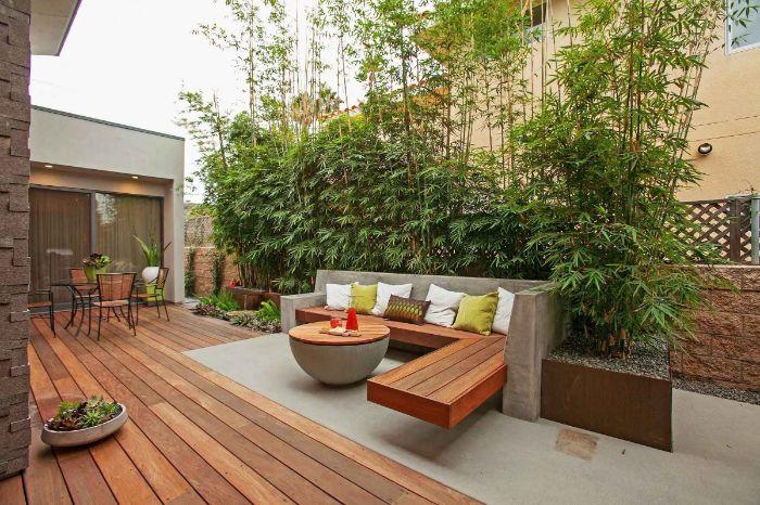 brise vue plante bambou banc suspendu de bois table beton et bois chaises et table bois et métal idee deco terrasse