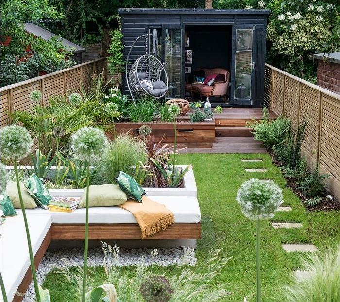 cabanon de jardin modulaire et idee amenagement jardin petit avez gazon plantes en bordure gravier et jardinieres