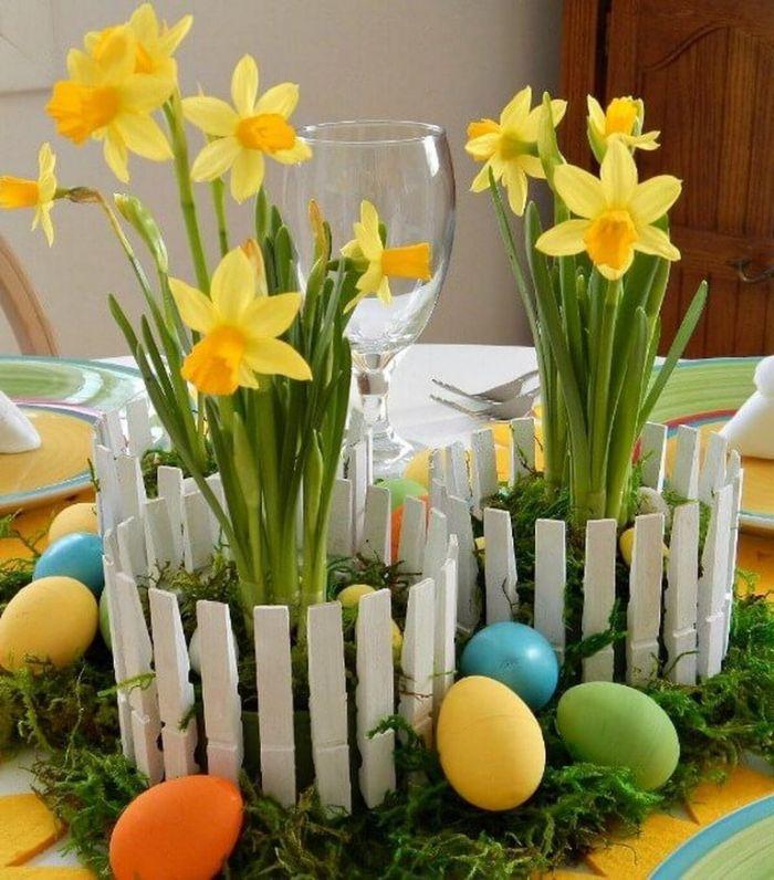 cache pot en pinces a linge blanches avec fleur à l intérieur et des oeufs de paques autour bricolage de paques pour adultes
