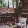 canapé industriel en cuir marron capitonné table et chaises bois etagère industrielle mur de briques loft0industriel deco.jfif