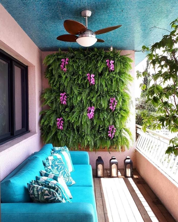 canapé turquoise lanterne ventilateur de plafond déco oasis balcon mur végétal extérieur sur grillage