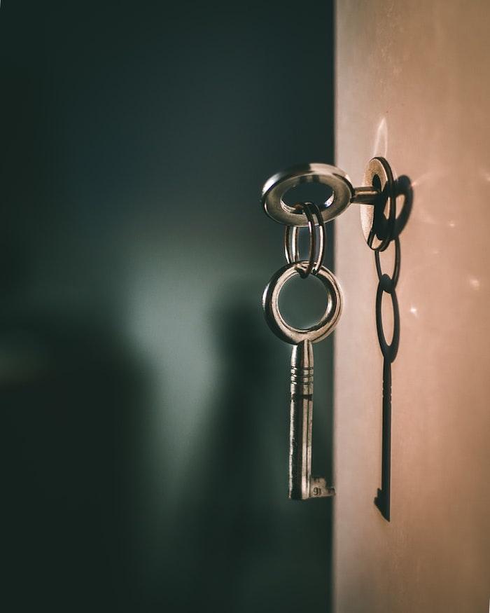 cles laissés sur la porte d entree