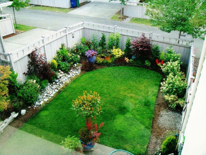 cloture de jardin avec gazon au milieu et des fleurs et arbustes en bordure idee amenagement jardin facile