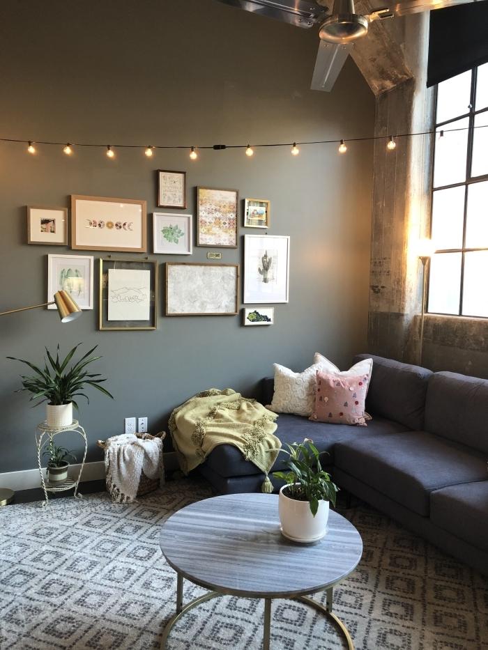 cocooning idee deco salon peinture murale tendance vert de gris foncé canapé d angle mur de cadres