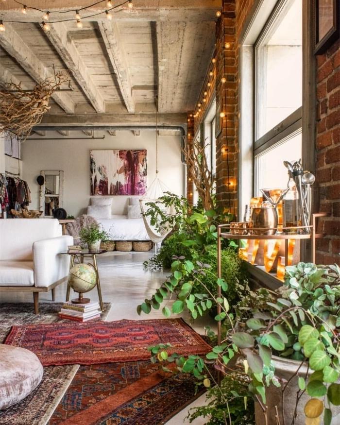 cocooning idee deco salon style boho industriel plafond poutres bois vintage mur briques tapis ethnique