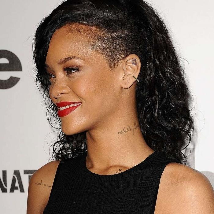 coiffure a la mode coupe cheveux célébrité rihanna tatouage nuque maquillage rouge a lèvre rouge