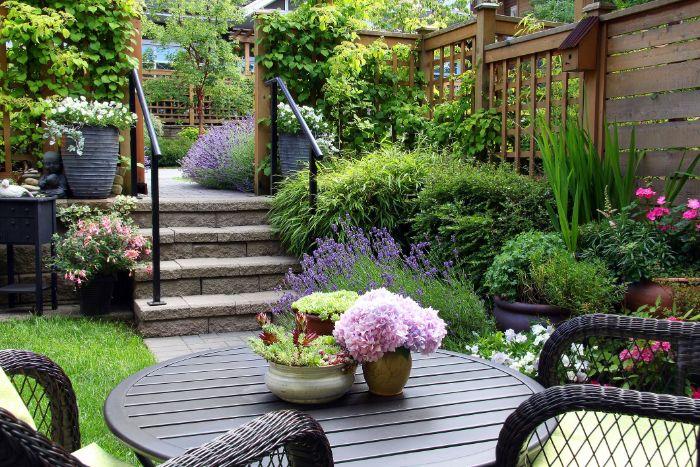 comment aménager un petit jardin de 20 m2 avec parterre de fleurs plantes vertes grimpantes gazon salon de jardin en table et chaises