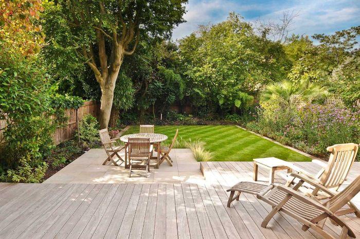 comment aménager un petit jardin de 20 m2 terrasse bois gazon chaise longues vegetation verte autour