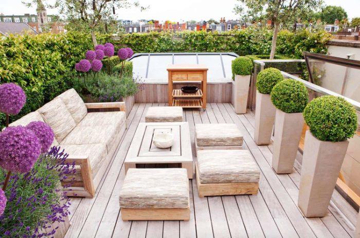 comment aménager une terrasse en bois avec bar et salon de jardin exterieur bordure de plantes en pots