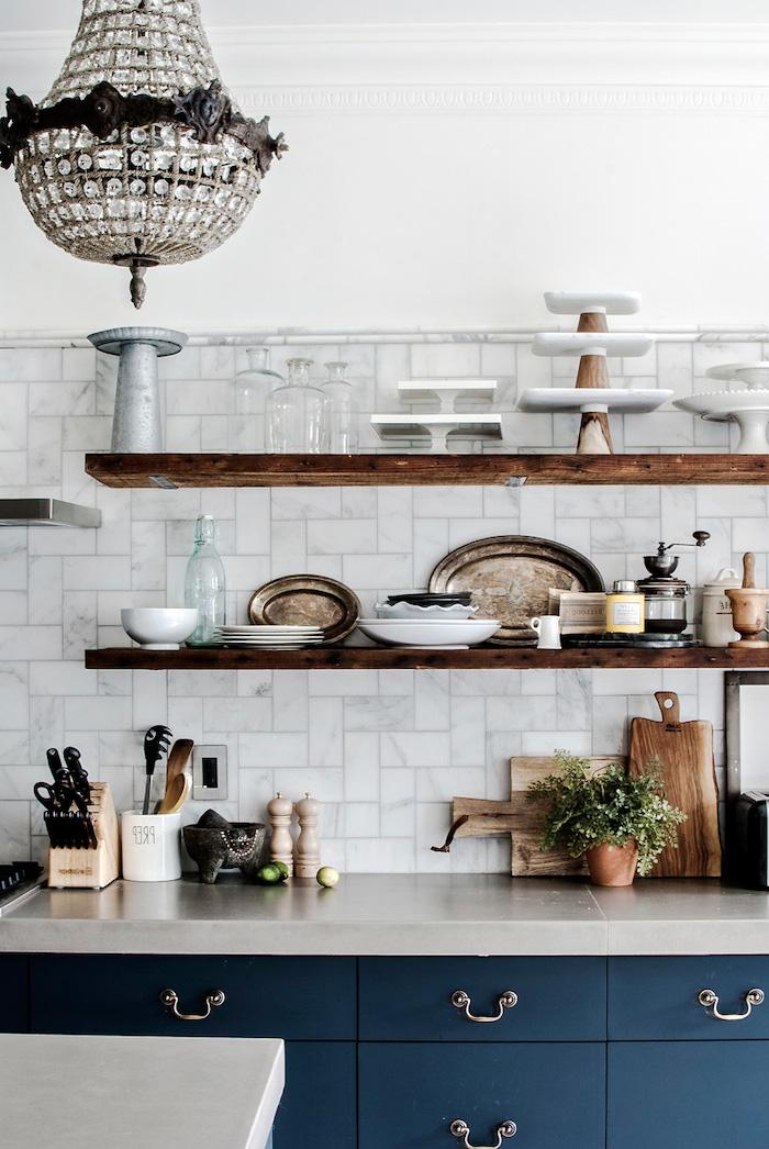 comment aménager une petite cuisine avec des etageres en bois et placards bleus style rustique