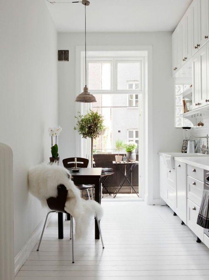 comment aménager une petite cuisine en longueur qui donne sur le balcon avec un coin de repas en meubles noirs
