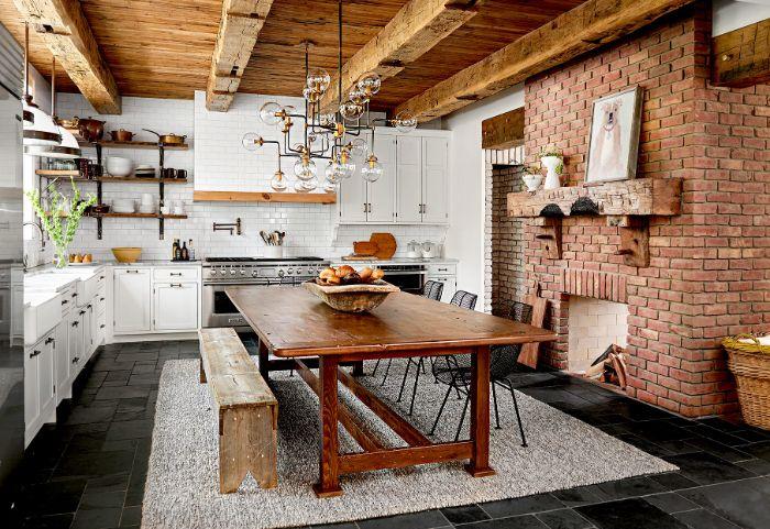 comment amenager une cuisine rustique chic en bmlanc avec sol pierre cheminée de briques poutres apparentes carrelage credence blanc.jfif
