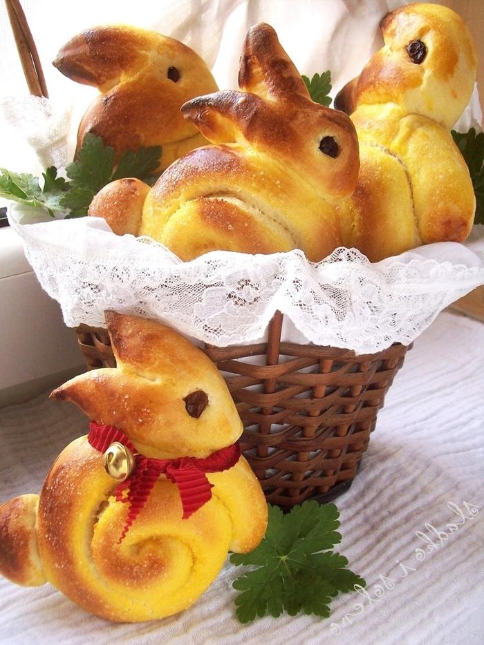 comment faire brioche en forme de lapin pour paques panier fibre végétale serviette dentelle blanche