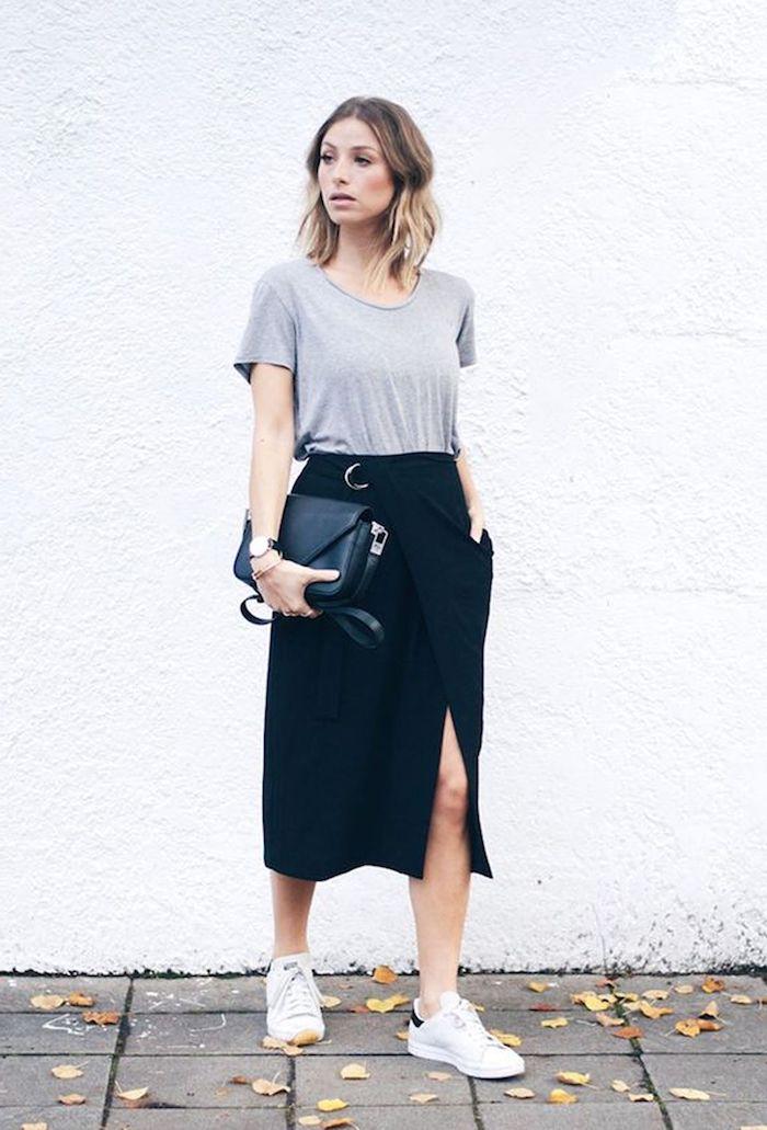 comment s habiller aujourd hui une femme qui combine baskets avec une jupe midi et top gris