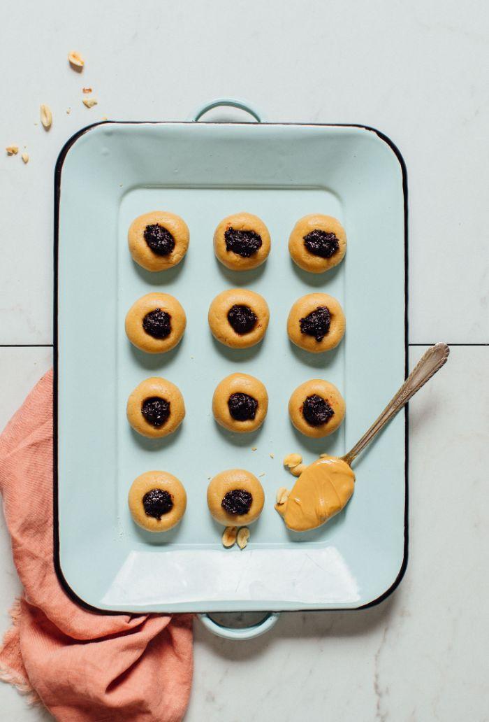 cookies au beurre de cacahuète farine d amande sirop d érable et confiture de bleuets ou autre au centre