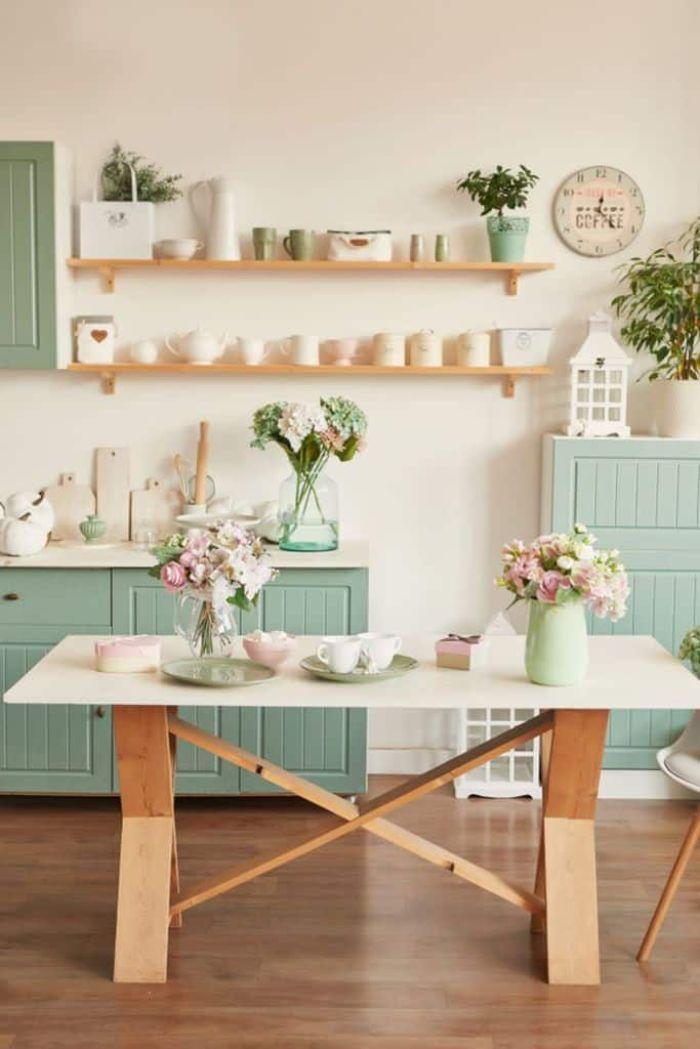couleur bleu pastel dans pièce meuble bleu étagères ouvertes table salle à manger parquet bois