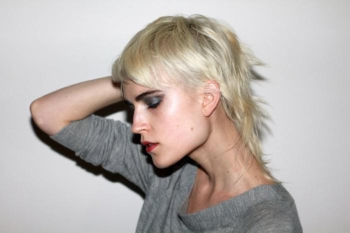 couleur blond polaire cheveux femme coupe mulet court en degradé cheveux effilées longueur
