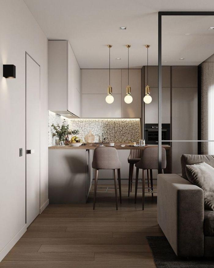 couleur cuisine gris perle credence mosaique chaises grises autour d un bar bois parquet bois clair suspensions laiton, exemple cuisine d'appartement