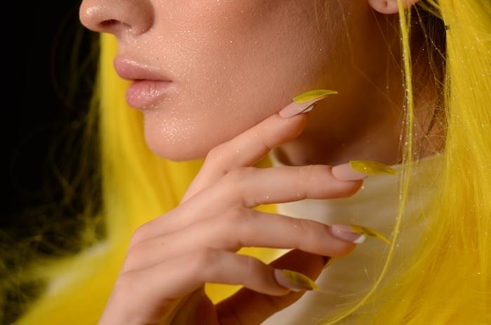 couleur de vernis tendance printemps manucure ongles longs base nude décoration acrylique jaune