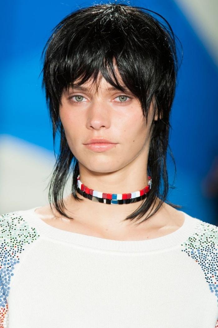coupe au mulet tendance coiffure 2021 coupe cheveux courts femme yeux verts cheveux noirs