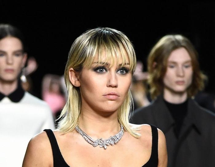 coupe de cheveux femme 2021 tendance capillaire miley cyrus coupe frange cheveux blonds