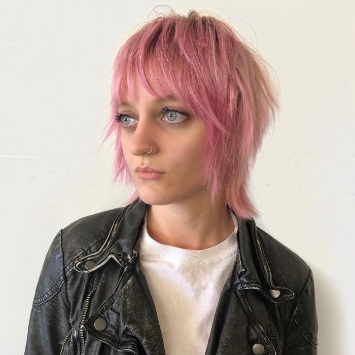 coupe mulet femme 2021 coloration rose pastel idée mulet carré cheveux effilés fins texture