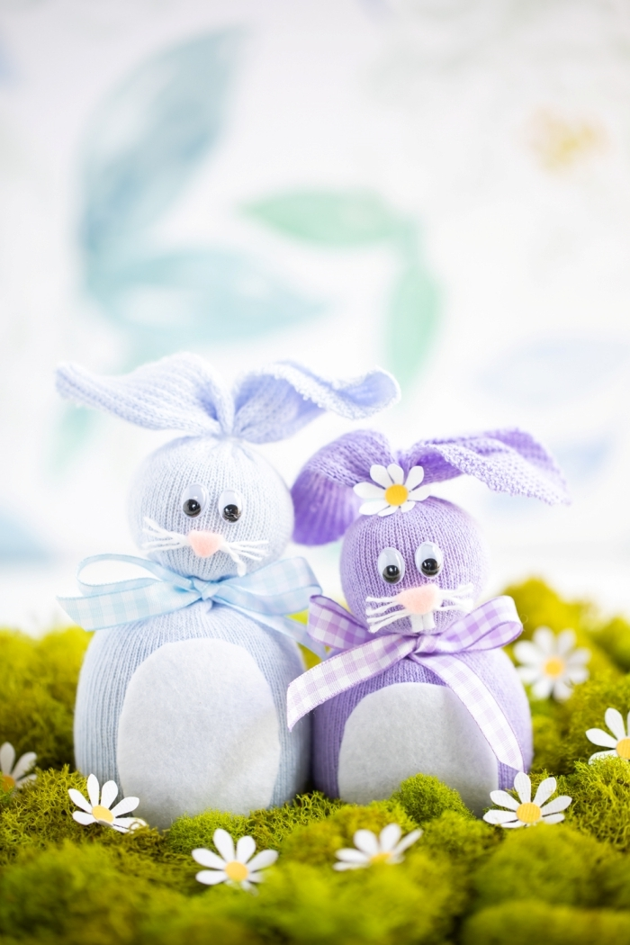 couple lapin en chaussette recyclée ruban yeux mobiles activité paques maternelle fleurs papier