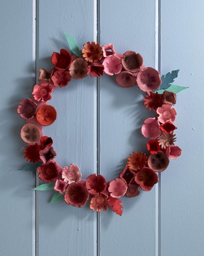 couronne de fleurs colorés et alvéoles de carton d oeuf recyclées bricolage paques facile a faire