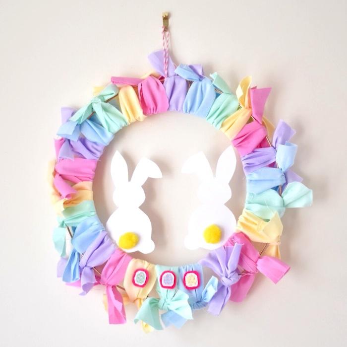 couronne de paques bricolage paques facile en rubans colorés silhouettes de lapin de papier que faire avec des chutes de tissu