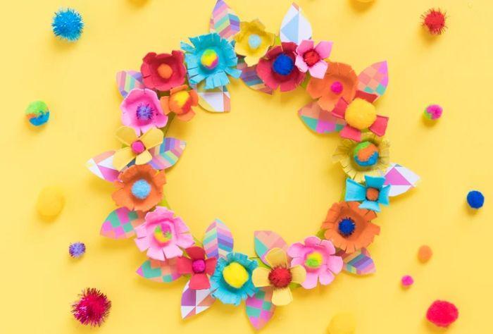 couronne de paques couronne printemps diy avec des fleurs de carton qur faire avec boite à oeuf recyclée