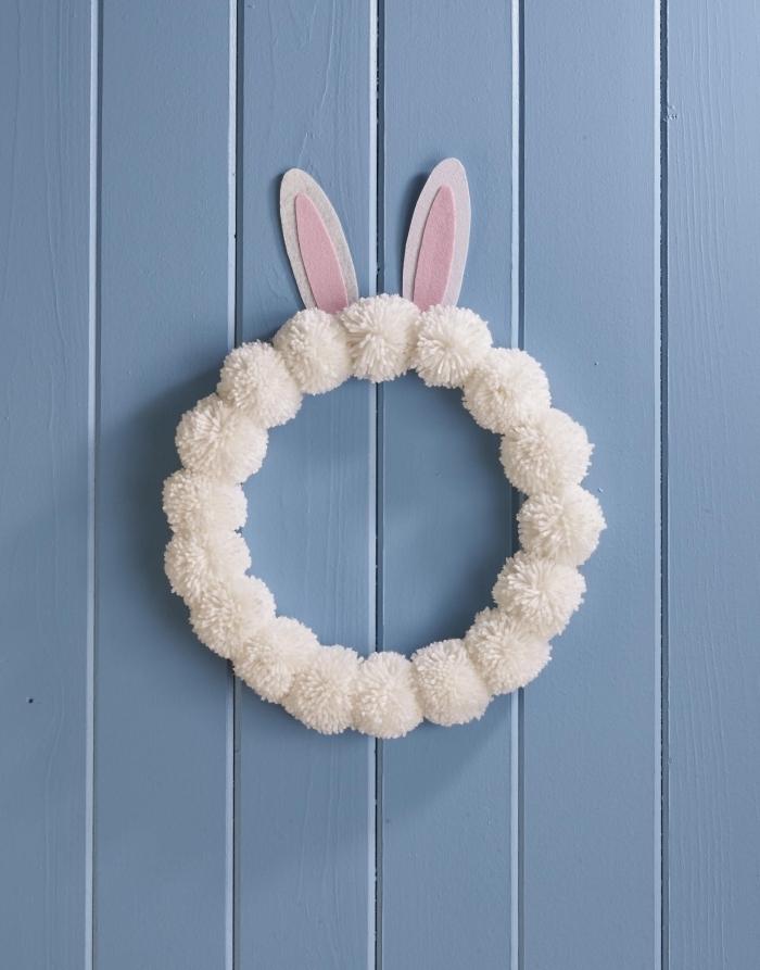 couronne en mini pompons blancs laine décoration de paques à fabriquer enfant projet maternelle