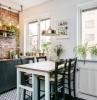 crédence mur de briques meuble cuisine gris anthracite ilot table bois et chaises bistrot murs blancs plantes vertes cuisine d appartement