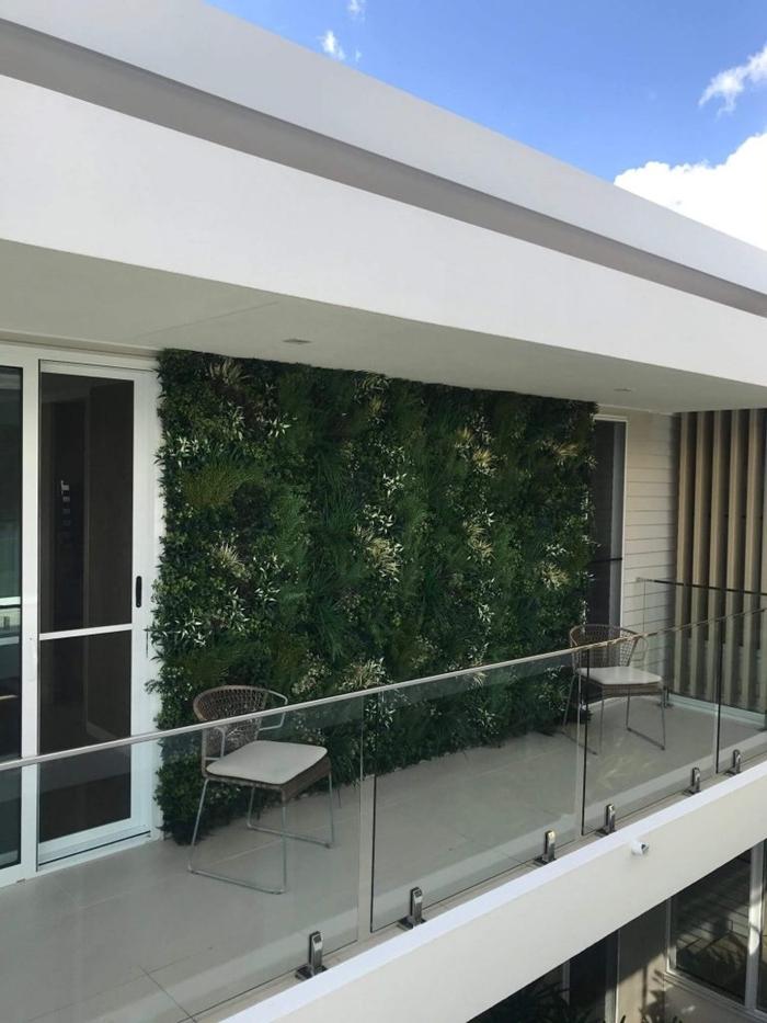 créer un mur végétal sur le balcon aménagement extérieur style moderne chaise transparente mur plantes artificielles