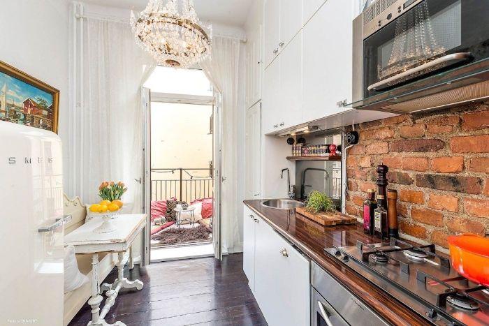 credence cuisine de briques plan de travail bois sur meuble cuisine blanc table vintage à manger parquet bois foncé petite cuisine équipée