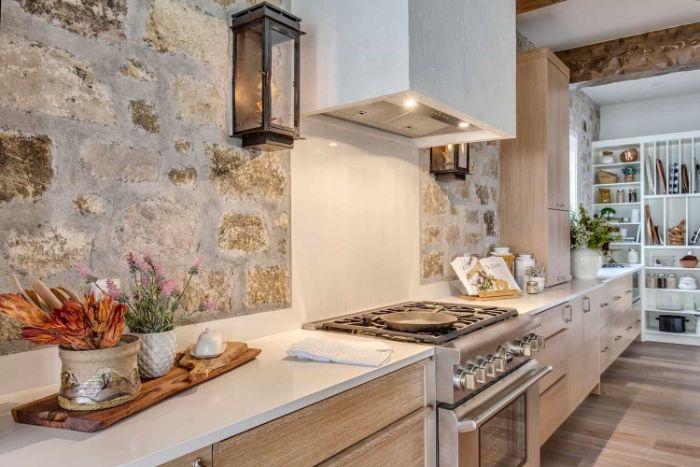credence pierre façade cuisine bois clair plan de travail blanc parquet bois clair étagère blanche scadninave