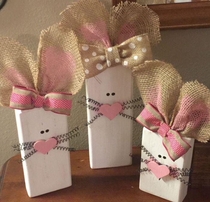 cubes de bois repeints de blanc et transformés en lapins de paques blancs moustaches fil metallique coeur bois oreilles ruba jute