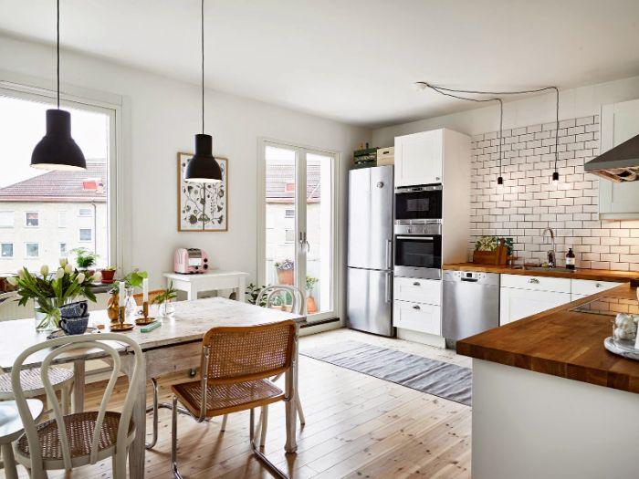 cuisine ouverte sur salon salle à manger 20 m2 carrelage blanc plan de travail bois meuble blanc table et chaises vintage de bois