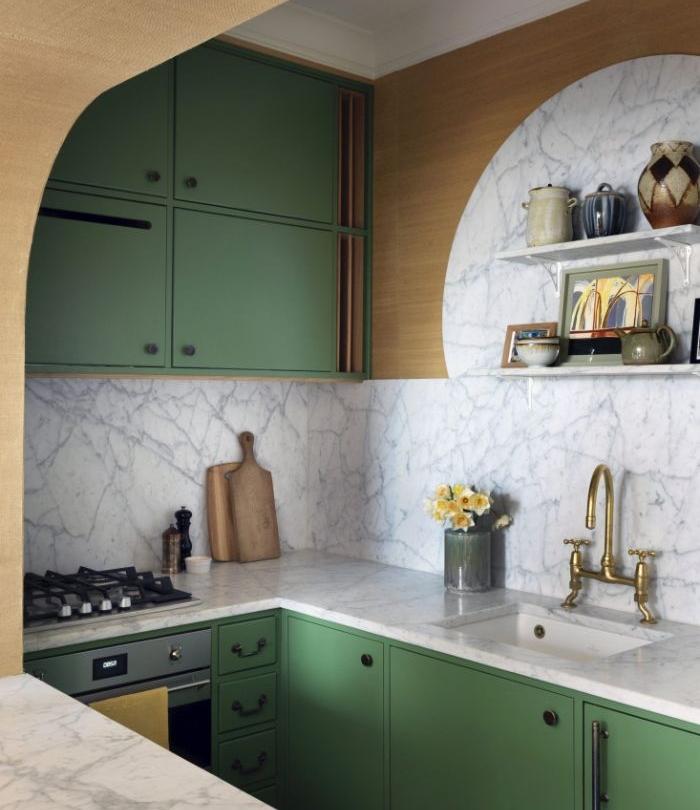 cuisine semi ouverte couleur verte credence et plan de travail marbre accents boisés idée agencement cuisine en u