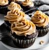 cupcakes maison au chocolat avec topping de crème au beurre de cacahuète exemple de dessert facile et gourmand